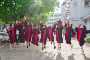 springende studenten